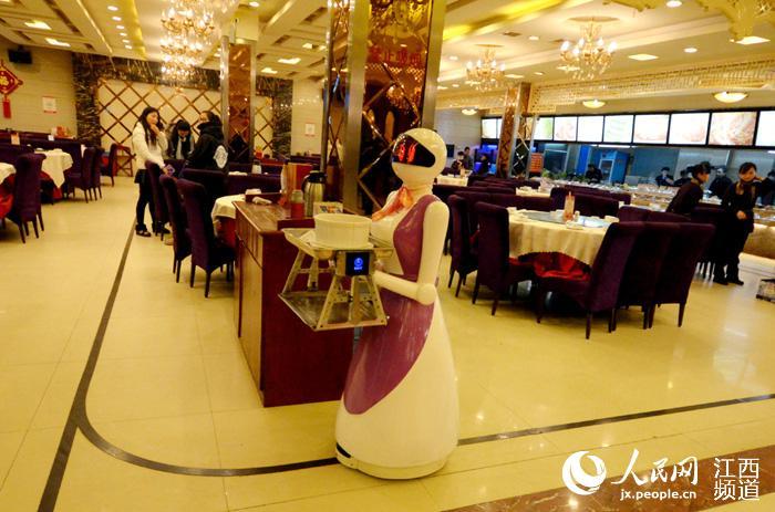 """新鲜!南昌餐厅来了铁甲""""翠花""""(图)"""